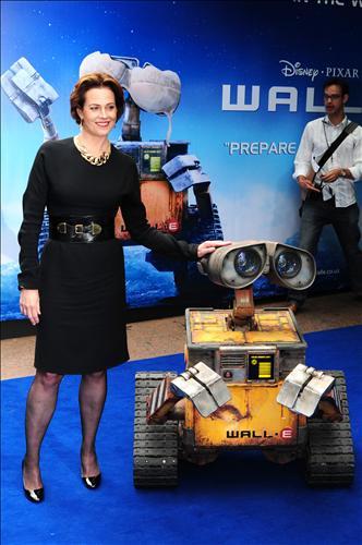 片中Axiom飞船的电脑的声音是《异形》女主角Sigourney Weaver。导演觉得她是科幻片的标志