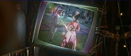 """握手是全片的重要符号之一。导演特意把这个镜头来近,因为在""""Hello Dolly""""的原片里这个镜头其实是个远镜头,并没有把拉手当做重点。"""